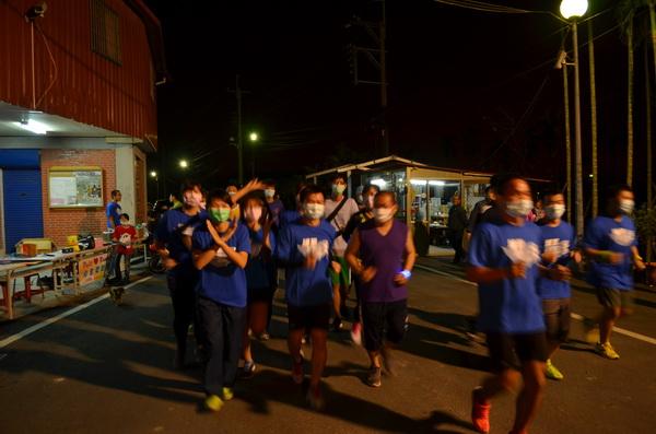 戴口罩跑步其實是不舒服的,但為表達訴求,團員們身體力行。(柏原祥攝)