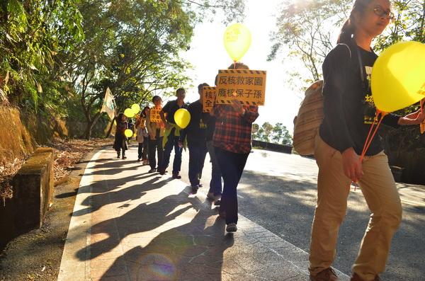 廢核行動成員從地理中心碑出發,至虎頭山頂插上反核旗幟。(柏原祥攝)