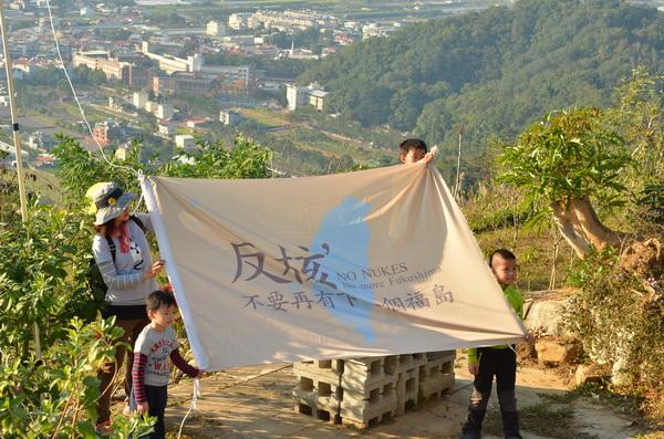 反核旗在虎頭山上升起,由小朋友掌旗。(柏原祥攝)