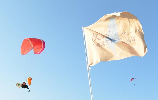 飛行傘教練帶著反核旗升空。(柏原祥攝)