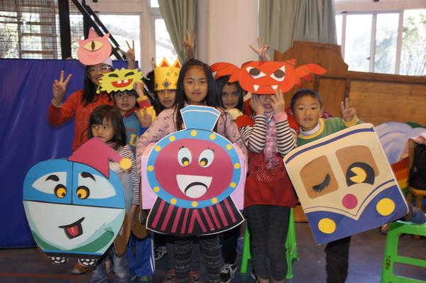 南華大學同學帶來行動劇,與小朋友們親切互動。(魏裕鑫攝)