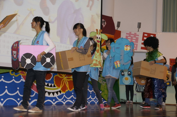 南華大學同學帶來歡樂行動劇,小朋友們看得很開心。(魏裕鑫攝)