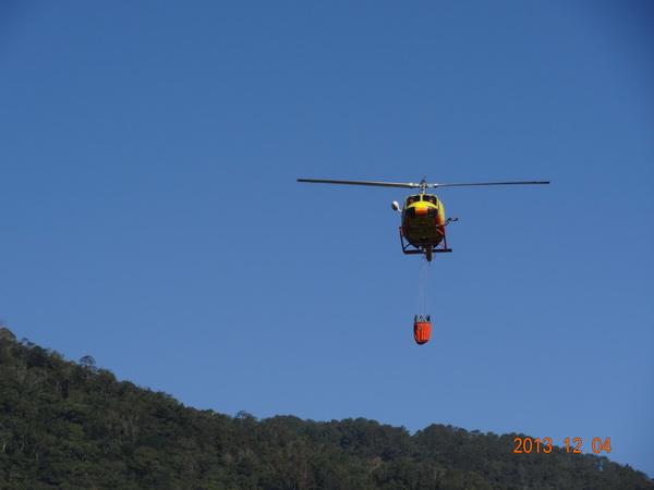空中勤務總隊直升機吊掛消防水搶救仁愛鄉森林火災。(圖/南投林管處提供)