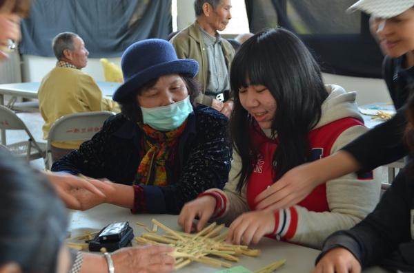 學習怎麼樣編織茭白筍殼成為杯墊