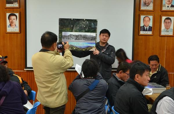 清境觀光協會理事長魏振宇手持清境今昔對照圖,證明發展觀光後,清境綠化造林超越過往。(柏原祥攝)