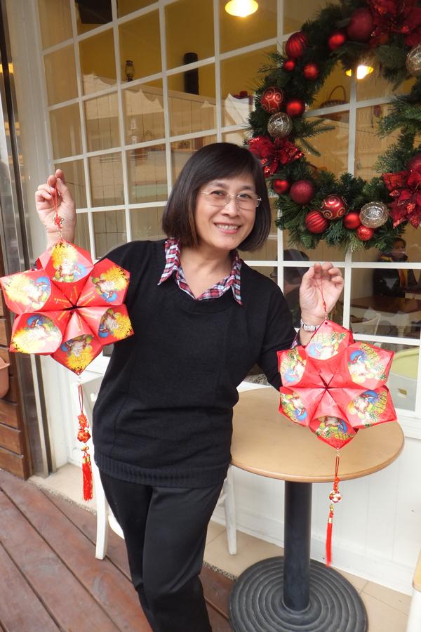 新年吊飾也是用樂透彩的袋子做成,喜氣又大方。(唐茹蘋攝)