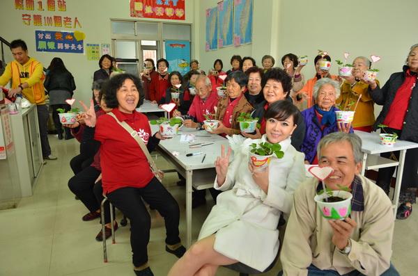 藝人小潘潘與老人們一起DIY草莓盆栽。(柏原祥攝)