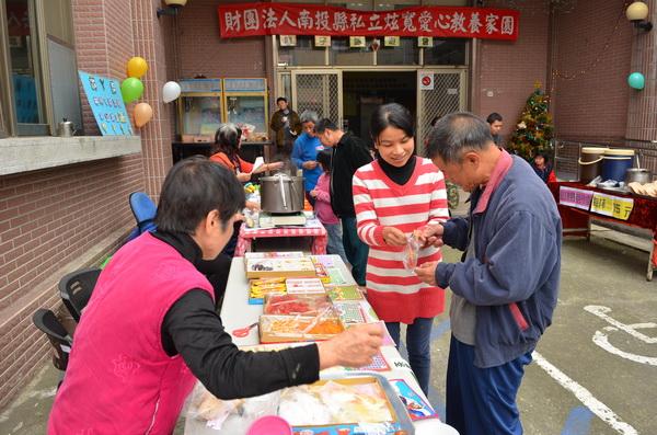 炫寬愛心教養家園舉辦園遊會,讓院生手持園遊券學習買東西。(柏原祥攝)