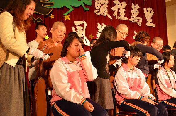 埔里均頭國民中小學5名同學落髮,捐贈癌症病友。(柏原祥攝)