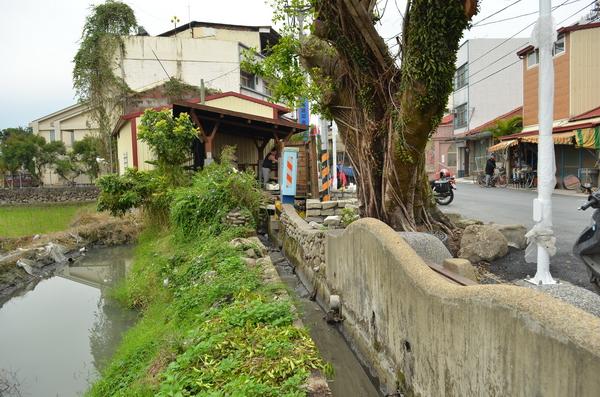 守城社區圳溝灌排分離後,空間重新改造,成了居民交誼的空間。(柏原祥攝)