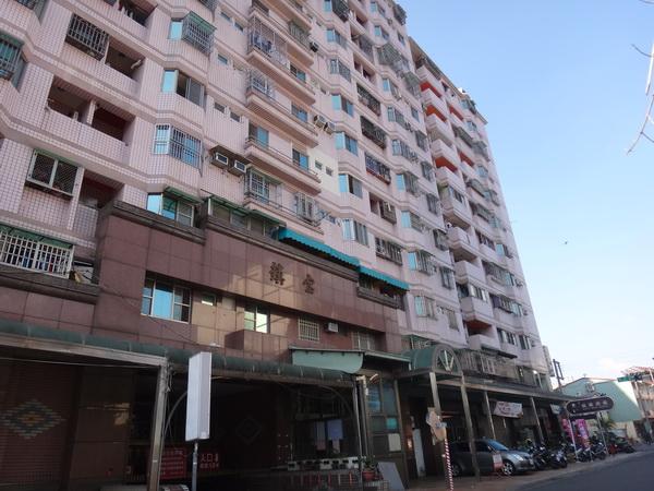 吳姓女子發生墜樓的地點,位於這棟大樓的七樓。(柏原祥攝)