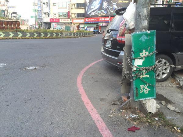 埔里的路標亂象很多,常讓外籍遊客迷路。(陳巨凱攝)