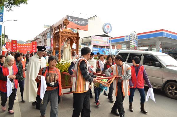 法蒂瑪聖母在埔里安座,信徒在埔里街頭舉行盛大的遊行。(柏原祥攝)