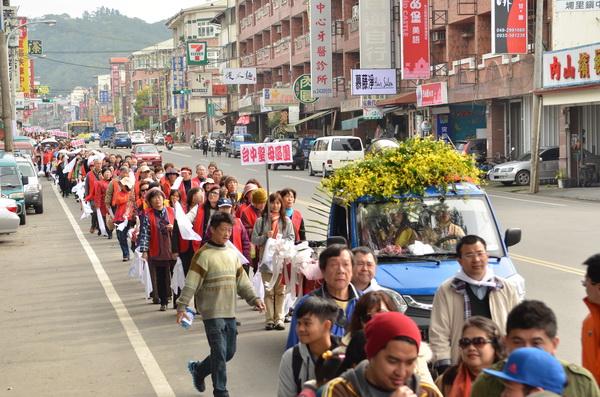 約有2000名信徒參與法蒂瑪聖母安座遊行。(柏原祥攝)