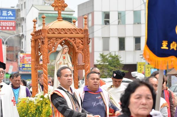信徒護持法蒂瑪聖母,從埔里高工遊行至埔里天主堂。(柏原祥攝)