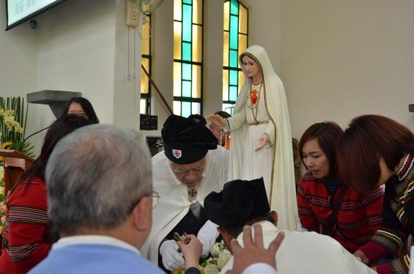 信徒為法蒂瑪聖母在埔里天主堂舉辦祝聖啟用彌撒。(柏原祥攝)
