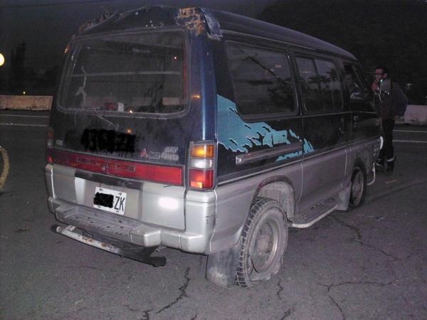 作案贓車四個輪胎都被雞爪釘刺破。(圖/警方提供)