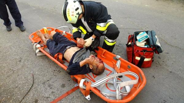 老翁跌落水圳,頭臉撕裂傷,流出鮮血。(圖/國姓消防分隊提供)