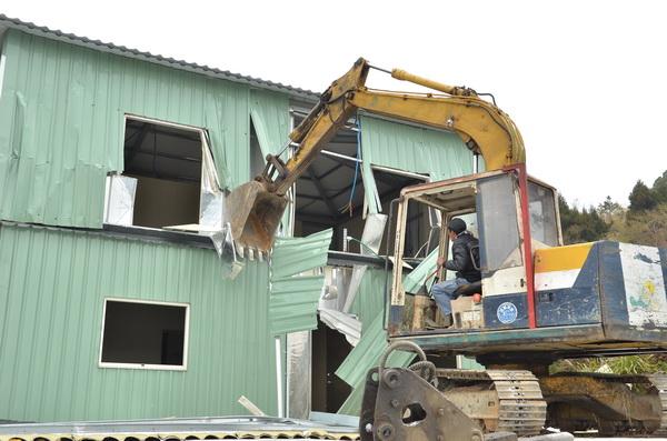 縣府拆除清境松崗段的違章鐵皮屋,怪手花費約一小時拆除完畢。(柏原祥攝)