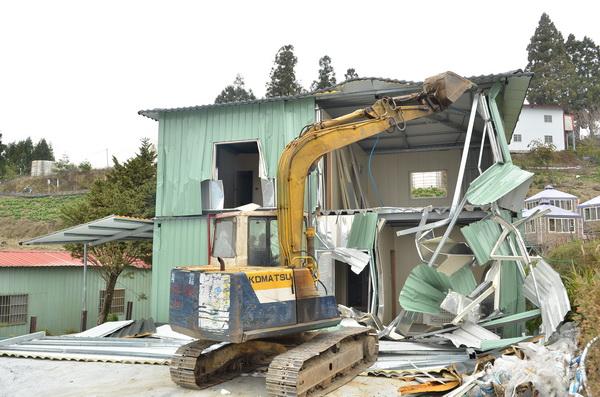怪手花費約一個小時,拆除清境違章鐵皮屋。(柏原祥攝)