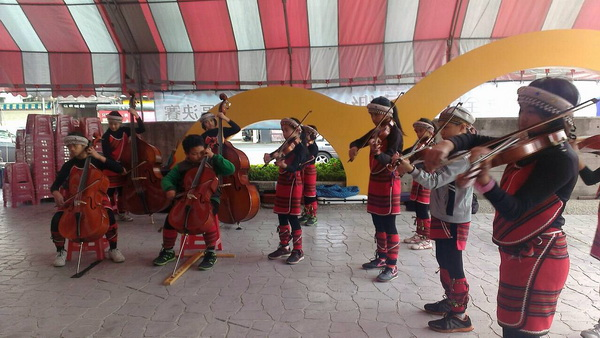親愛國小參加全國學生音樂大賽,取得特優佳績,圖為學生在場外練習的情形。(圖/陳珮文提供)