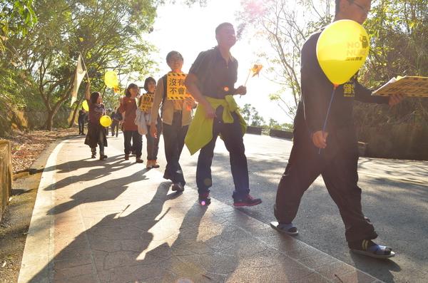 反核行腳團體曾以步行方式,至虎頭山上插下反核旗。(柏原祥攝)