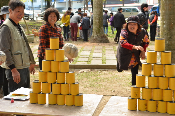 埔里地區鄉親至實驗林參與生態城鎮園遊會,以紙團象徵「打倒核廢料」。(柏原祥攝)