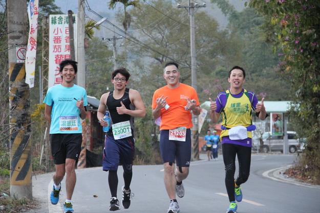 埔里愛跑俱樂部曾自辦一次鎮內小型馬拉松賽,圖中四名男子都是初馬跑者。(圖/埔里愛跑俱樂部提供)