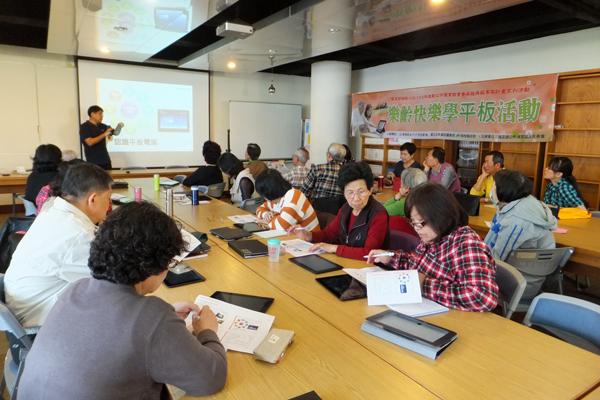 埔里鎮立圖書館開一系列樂齡學習課程。(唐茹蘋攝)