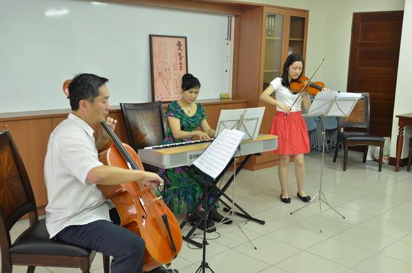 音樂總監謝東昇(左)帶領樂手,演出「化做千風」。(柏原祥攝)