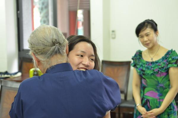 陳綢阿嬤給學生樂手大大的擁抱。(柏原祥攝)