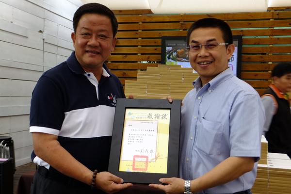 埔里鎮長周義雄(左)頒發感謝狀給茆晉詳董事長。(唐茹蘋攝)