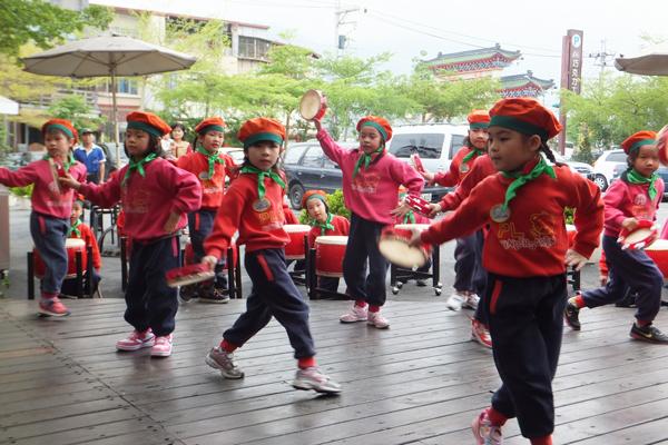 埔里鎮立幼兒園的小朋友表演。(唐茹蘋攝)