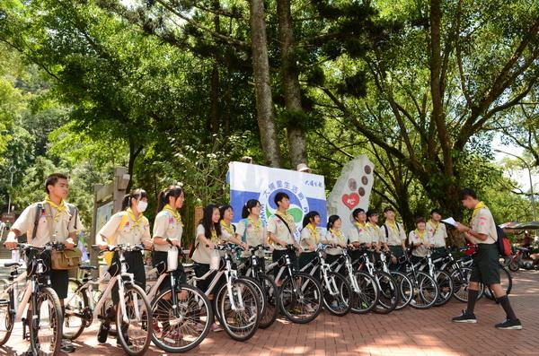 大埔里報創刊當日,結合暨大附中公益童軍,以單車無碳的方式送報。(柏原祥攝)