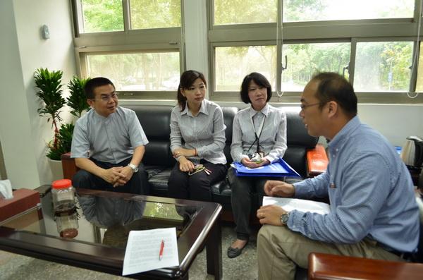 茆晉詳(左)與暨大人社中心副執行長張力亞(右)會談,共謀如何推動埔里環境清潔運動。(柏原祥攝)