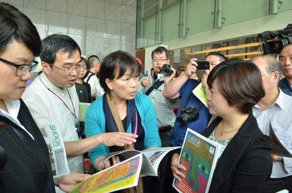 文化部長龍應台(左三)閱讀《大埔里報》,由發行人唐茹蘋(右)解說。(柏原祥攝)