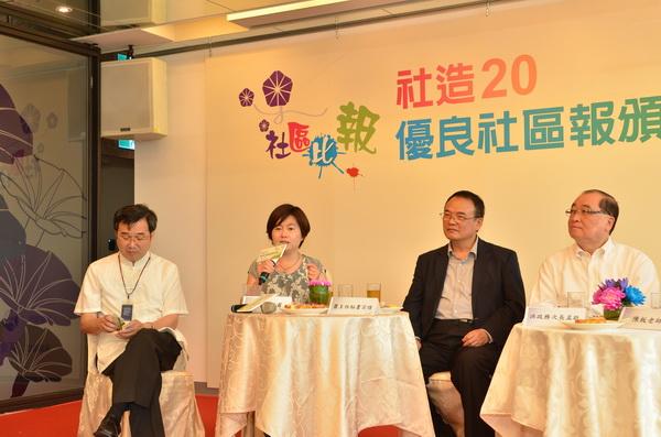 《大埔里報》發行人唐茹蘋(左二)在優良社區報頒獎典禮中說明辦報理念。(柏原祥攝)
