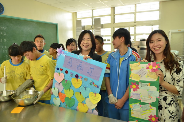 家政烘焙班的同學寫了大卡片,感謝立委馬文君。(柏原祥攝)