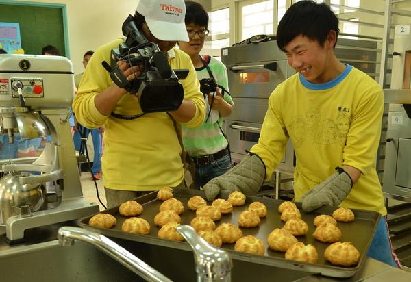 仁愛國中家政烘焙班的同學展示剛出爐的泡芙。(柏原祥攝)