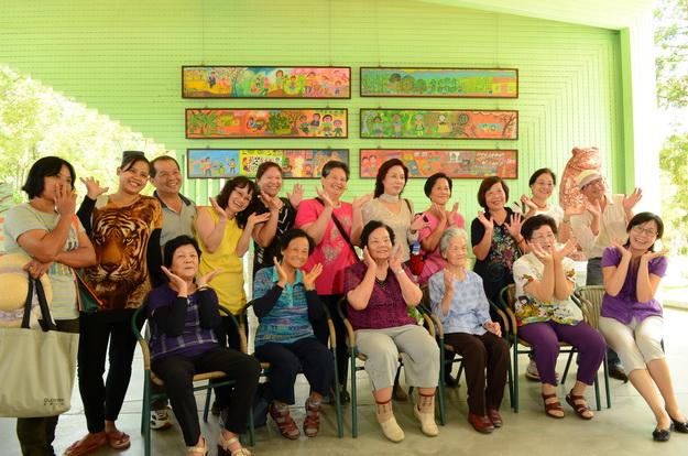 桃米長青繪畫班在紙教堂舉辦樸素藝術展,會後開心合影。(柏原祥攝)