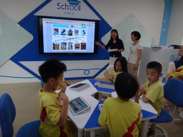 育英國小智慧教室讓孩子透過電子白板與平板電腦共同學習。(黃佳琪攝)