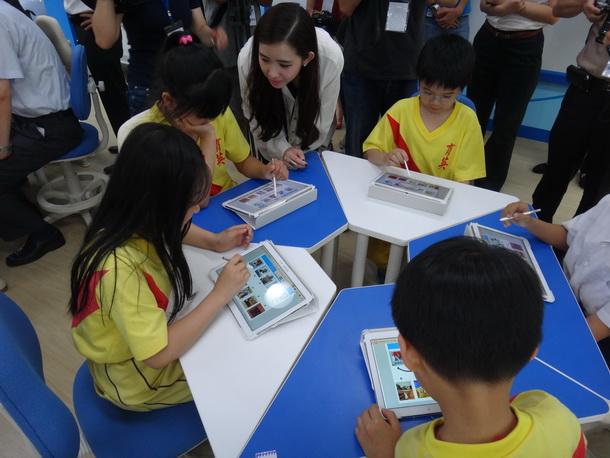 透過平板電腦,與特別設計的教學軟體,育英國小智慧教室要透過數位科技提升孩子的教學效率。(黃佳琪攝)
