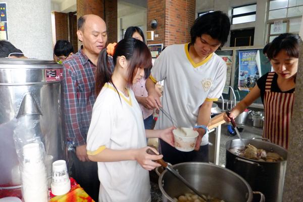 埔工綜合職能科學生在園遊會上用力叫賣關東煮。(唐茹蘋攝)