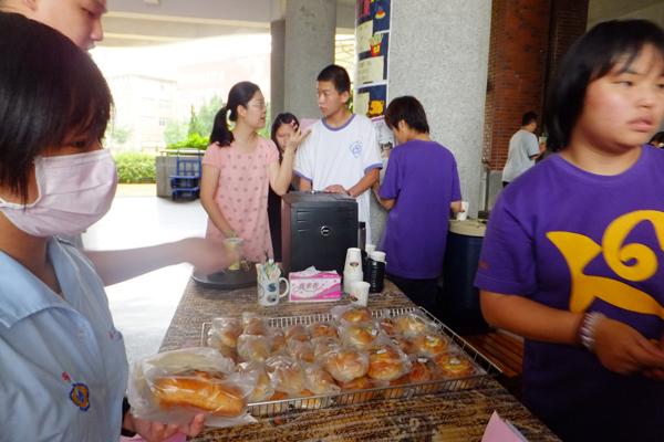 葉喜萍採買綜合職能柯學生的麵包回去犒賞員工。(唐茹蘋攝)