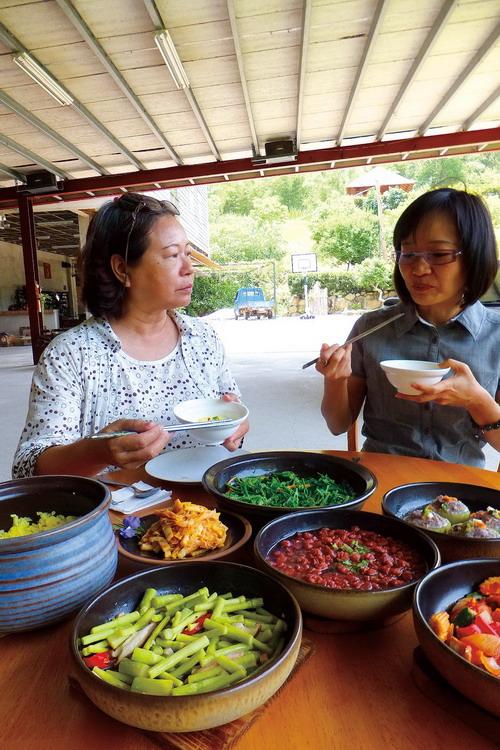 藏機閣安居樂活村推出蔬食料理,強調搭配五行,吃出健康。(唐茹蘋攝)