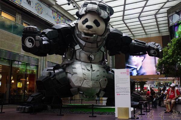 香港商場內定期展示年輕藝術家創作的公共藝術。(圖/石鈴提供)