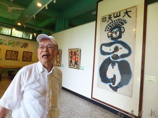 牛耳藝術渡假董事長黃炳松解說林淵的畫作。(唐茹蘋攝)