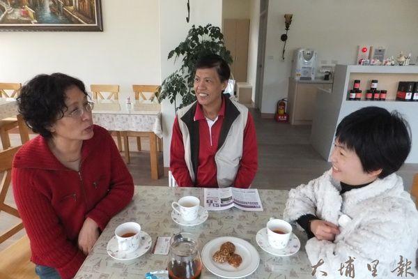 紅茶工房由盧美玉(左)夫婦一家人共同經營,要讓客人瞭解紅茶的故事。(何其慧攝)