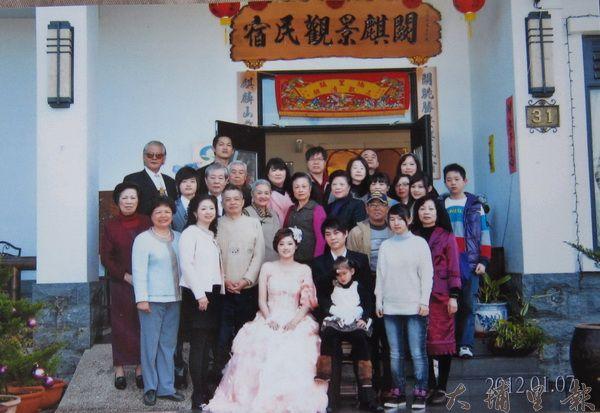 新人於闕麒山莊舉行「西式中辦」的婚禮,「家」氛圍濃厚。(闕麒景觀民宿提供)