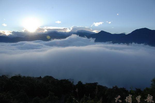 金龍山低海拔雲海的景色相當迷人。(黃彥文攝)